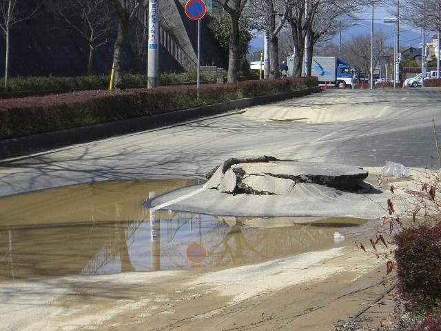 東北・茨城沖大地震・東日本大地震における茨城県石岡市の道路被害状況の写真2