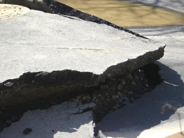 東北・茨城沖大地震・東日本大地震における茨城県石岡市の道路被害状況の写真1